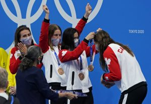 Penny Oleksiak makes history as Canada swims to bronze in medley relay